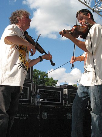 Fiddling with the Everyone Orchestra at 10K Lakes 2006